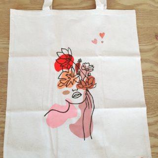 Défi #ecodecofutee Jour 5  Aujourd'hui, je tente de vous inspirer avec ce DIY qui peut être une chouette idée de cadeau personnalisé.   Tout ce qu'il vous faudra, c'est :  - Un sac en tissu neutre - De la peinture pour bricolage de la couleur de votre choix - Un feutre à tissu  Pour réaliser ce sac, j'ai tout d'abord trouvé un visuel qui me plaisait sur internet (Pinterest / Instagram, il y a assez de possibilités). Je souhaitais un visuel avec des traits fins, ce style est assez tendance en ce moment.   J'ai ensuite peint mes différentes formes des couleurs choisies.J'ai imprimé mon model, puis l'ai décalqué sur mon sac à l'aide d'un crayon. Pour ça, il vous faut une table lumineuse ou alors le bon vieux coup de plaquer votre model et votre support sur une fenêtre et de décaler avec la lumière du jour.  Une fois sûre que ça me plaisait, je suis repassée sur le crayon avec le feutre à tissu.  Un DIY relativement simple et rapide à réaliser. Vous aimez ? • • • • • #defi#recyclagedeco#decorationnature#upcyclingideas#decorecup#decoeco#diy#doityourselfproject#diycadeau #fairesoimeme#idoit#idoitmyself#decoratrice#decoratriceinterieur#decoratricesuisse#decorationdinterieur#inspirationdeco#coachingdeco#interiordecoratingideas#hometips#swissdecoration#idéecadeau #anniversaire #decoideas #birthdaygiftidea #cadeaudiy