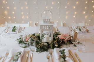 MARIAGE FÉÉRIQUE ✨  Ces guirlandes lumineuses font toute la différence, 😍✨ l'ambiance se transforme instantanément !  Ce joli mariage de septembre que j'ai coordonné et décoré et dont le résultat était vraiment féérique.   Avec l'aide de @lastrantia qui m'a conseillée, guidée et fourni les fleurs, j'ai réalisé ces centres de tables fleuris. Il suffit parfois de peu pour décorer une table, une salle et créer une atmosphère festive et chaleureuse.   Coordination et décoration @_creativy_ Cérémonie et matériel en location @coeuraucarre_diane Fleurs @lastrantia Photos @nomadicjune Lieu @fol_terres @charlene_vllz • • • • • #decomariage #decoratrice #mariagediy #weddingfloral #weddingflowersdeco #fleursmariage #weddingflower #mariagesuisse #swissweddingdesigner #mariageecologique #ecoweddinginspiration #weddingdecorator #inspirationdecoration  #decorationdesigner #upcyclingideas #idoitmyself #decorationnature #decoeco #inspirationevent #decoratriceevenement #organisationevenement  #mariagenature #simpleweddingdecoration #decorationmariage #decoratricemariage #mariagedecor #organisatricedemariage #weddingdecorationideas #weddingplannertips #weddingdesigners