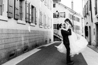 UN REGARD, UN SOURIRE...  La puissance des ces photos en noir et blanc capturées par @clempiller_photo 😍😍 Je ne me lasse pas de les regarder !   Ces deux amoureux, profitant de leur moment à deux après une cérémonie pleine d'émotion. ✨   Vous aimeriez voir plus de photos de ce mariage ? Qu'est-ce que vous voudriez voir ?   Photographe : @clempiller_photo  Organisation et décoration : @_creativy_ Cérémonie laïque : @_creativy_ceremonie Fleurs : @auxfleursdelune  Robe : @with.love.boutique.ch   @alison.rcht  et @sylvain1234567  • • • • • #decorationmariage #decomariage #decomariagenature #decoratrice #decoratricemariage #mariagedecor #mariagediy #mariagedecoration #organisatricedemariage #organisatricemariage #organisatrice #weddingdecorationideas #decorationwedding #weddingplannertips #weddingplannerlife #weddingplannersuisse #weddingdesigners #weddingdecorator #mariagesuisse #swisswedding #swissweddingplanner #swissweddingdesigner #decorationtablemariage #mariageecoresponsable #mariageecologique #mariageecofriendly #ecowedding #ecoweddingplanner #ecoweddinginspiration #decoratricedemariage