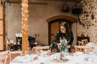 LE SOUCIS DU DÉTAIL  Photo prise par @clempiller_photo lors du mariage d'A&S le 17 avril 2021.   Un mariage en petit comité mais rempli d'amour. 🥰  Le premier mariage que j'ai organisé au complet, décoré et réalisé la papèterie. J'ai heureusement eu la chance d'être entourée par de merveilleux prestataires ✨  Ces derniers jours je recommence à recevoir vos demandes pour la décoration de vos mariages cette année, mais aussi pour l'année prochaine 😍 Ça me booste ! Ne tardez pas si vous souhaitez qu'on se rencontre pour parler de vos jolis jours. Je vous propose ensuite un devis gratuit et sans engagement 🙂  Organisation et décoration : @_creativy_ Cérémonie laïque : @_creativy_ceremonie Fleurs : @auxfleursdelune Photographe : @clempiller_photo  Traiteur : @ecuyer_des_saveurs Chaises : @saphirevents @alison.rcht et @sylvain1234567 • • • • • #decomariage#decoratrice#mariagediy#inspirationweddings #mariagesuisse#swissweddingdesigner#mariageecologique#ecoweddinginspiration#weddingdecorator#inspirationdecoration#evenementiel#eventplannersuisse#inspirationevent#decorationevenementielle#decoratriceevenement#eventplanners#organisationevenement#swisseventplanner#evenementecoresponsable#weddingdesigners#weddingdecorator#mariagesuisse#swisswedding#swissweddingplanner#swissweddingdesigner#mariageecoresponsable#mariageecofriendly#ecowedding#ecoweddingplanner#decoratricedemariage