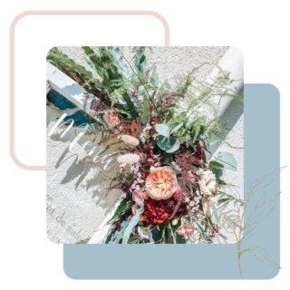 QUELQUES FLEURS ET DE L'HARMONIE  Cette magnifique composition réalisée par @lastrantia a permis d'embellir cette vieille porte vitrée utilisée pour le menu lors d'un mariage l'année passée.   J'adore le rendu 😍  Je te disais récemment, que les plantes sont essentielles, selon moi, dans un intérieur. Je pense la même chose pour les événements. Je trouve que les fleurs/plantes font toute la différence dans une décoration d'événement. 💐 C'est d'ailleurs une de mes étapes favorites. Discuter avec la fleuriste, concevoir et imaginer le résultat final. Vous pouvez demander à @lastrantia, j'arrive toujours avec une planche d'ambiance complète et des croquis pour lui expliquer ce que j'imagine pour la décoration des événements sur lesquels nous collaborons. 😂  Et toi, qu'est-ce que tu aimes dans la décoration d'un événement ?  • • • • • #decomariage #decoratrice #mariagediy #inspirationweddings #weddingfloral #weddingflowersdeco #fleursmariage #weddingflower #mariagesuisse #swissweddingdesigner #mariageecologique #ecoweddinginspiration #weddingdecorator #inspirationdecoration #decorationdesigner #upcyclingideas #idoitmyself #decorationnature #decoeco #accompagnement #idee #horsdutemps #evenementiel #inspirationevent #decoratriceevenement #organisationevenement #partydecorationideas #mariagenature #simpleweddingdecoration